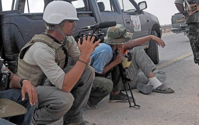 DN-debatt: ICJ-S ordförande Thomas Olsson skriver tillsammans med journalisten Martin Schibbye att angrepp mot journalister i konfliktzoner måste bli ett krigsbrott.
